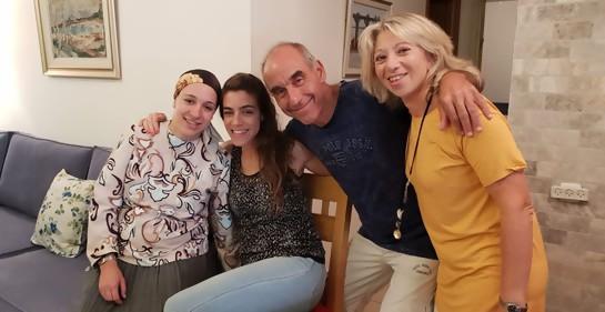 Tikva, en familia, con su esposo y sus dos hijas