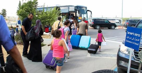 Palestinos cruzando entre Gaza e Israel  en el puesto de Erez