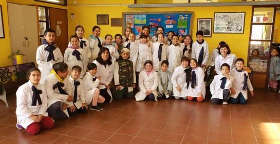 Bailando y acercando, en la escuela Ana Vinocur