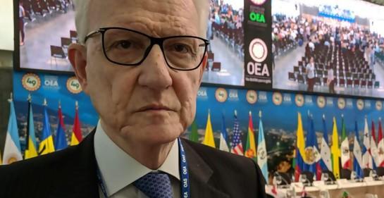 Eduardo Kohn en una reunión de la OE