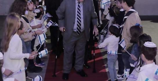 Presidente Giammattei es recibido por los niños de la Comunidad Judía de Guatemala.