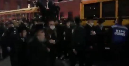 El alcalde de Nueva York dispersó personalmente un funeral masivo en el barrio ortodoxo de Williamsburg