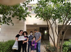Saludo de Pesaj por la ventana, con una familia uruguaya israelí