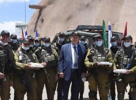 El Presidente de Israel señaló el aniversario del fallecimiento de su esposa, repartiendo tortas a soldados, como ella solía hacer