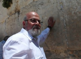 Tzion Karasenti junto al Muro de los Lamentos