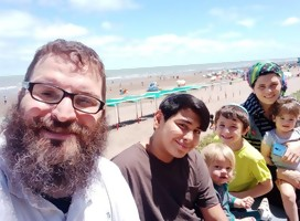 Rabino Eli Levy en familia en Monte Hermoso