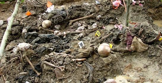 https://commons.wikimedia.org/wiki/File:Srebrenica_Massacre_-_Exhumed_Grave_of_Victims_-_Potocari_2007.jpg#/media/Archivo:Srebrenica_Massacre_-_Exhumed_Grave_of_Victims_-_Potocari_2007.jpg