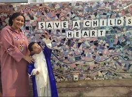 Yousef y su hermana mayor reclinados en un mural de