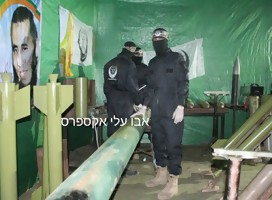 Terroristas islámicos junto a un cohete