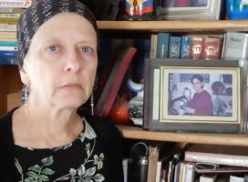 Frimet Roth en su casa, junto a una de las fotos de Malki, su hija muerta