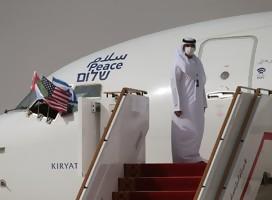 Funcionario emiratí, de galabía blanca, junto al avión de El Al, en la escalerilla