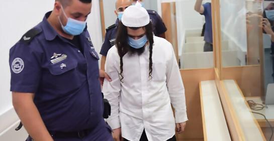 En el distrito, mayo 2020, acusado de blanco, con máscara, junto a un policía