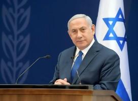 Netanyahu, de traje azul, detrás suyo una bandera de Israel
