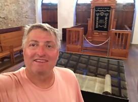 Gorzy en una sinagoga durante uno de sus viajes
