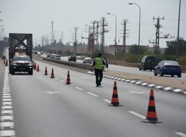 Una carretera con control policial