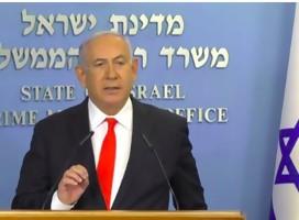 El Primer Ministro de Israel, de traje, en un podio, con la bandera de israel a su lado