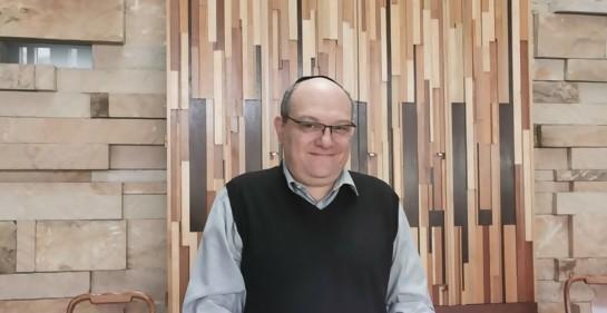 El Rabino Dani, junto al libro de la Torá