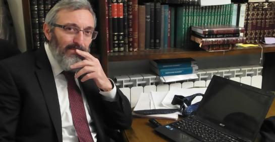 Dov Halbertal en el escritorio de su casa