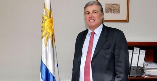El Ministro de RREE de Uruguay Francisco Bustillo junto a la bandera uruguaya