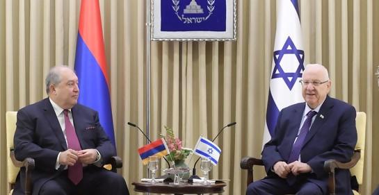 El Presidente de Armenia Dr. Sarkissian (izq), sentado mirando al presidente de Israel Reuven Rivlin. En el medio una mesa con dos pequeñas banderas, de los respectivos países. Detrás de cada presidente, una bandera grande del país. En el medio, sobre la