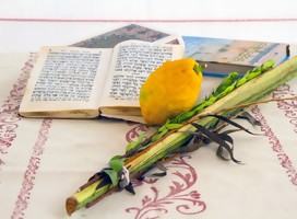 Las 4 especias de la fiesta y un libro de oración, sobre una mesa