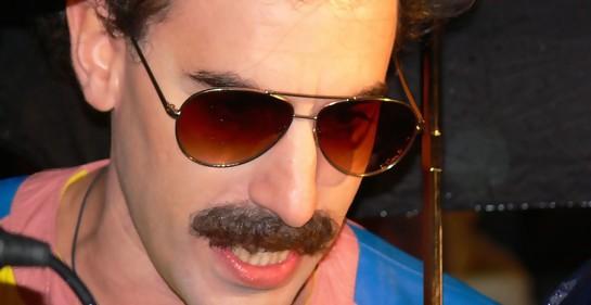 https://commons.wikimedia.org/wiki/File:Borat_Sacha_Baron_Cohen.jpg#/media/Archivo:Borat_Sacha_Baron_Cohen.jpg