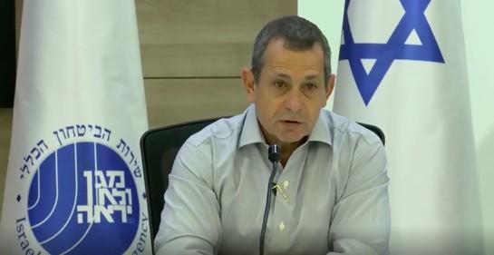 El jefe de seguridad Argaman hablando junto a la bandera de Israel y la del Servicio Shabak