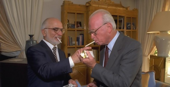 El rey Hussein enciende un cigarrillo a Rabin