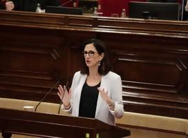 Blanca Navarro en el podio de oradores del parlamento, frente al micrófono