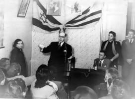 El Embajador Fabregat con un grupo de jóvenes, de fondo las banderas de Israel y Uruguay entrelazadas