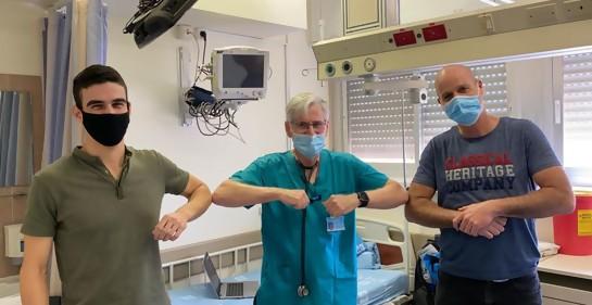 Efi, el Profesor Yosi karako y Eli Ein Dor, saludo con codo, de fondo cama de hospital