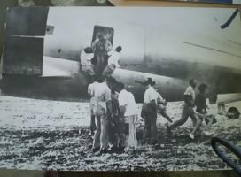 Una avioneta en tierra, gente agolpada junto a la puerta