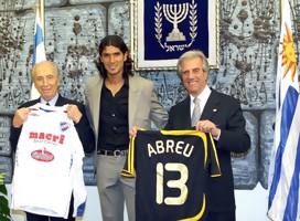 Peres. Abreu y Tabaré con las banderas de Israel y Uruguay y las camisetas de Nacional y Betar Jerusalem