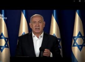 Netanyahu hablando, de fondo banderas de Israel