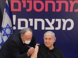 Netanyahu vacunándose. De fondo un cartel  vacuándose se gana
