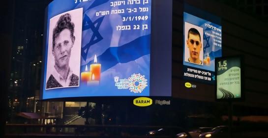Sirena y fotos de caídos, en el cruce central Azrieli de Tel Aviv
