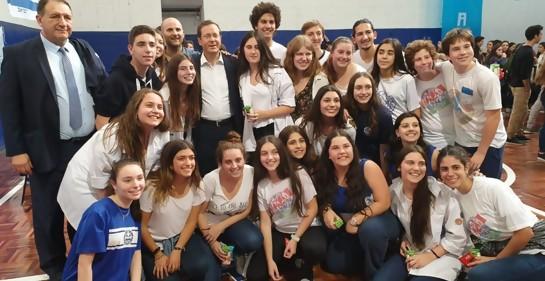 El Prsidente de la Agencia Judía Itzjak Hertzog y jóvenes de movimientos juveniles sionistas en Uruguay
