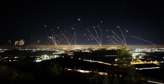 Hamas tirando cohetes interceptados por Iron Dome