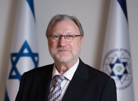 El rabino junto a la bandera de Israel y la de la Organización Sionista Mundial