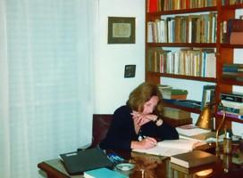 https://commons.wikimedia.org/wiki/File:Idea_Vilari%C3%B1o_en_su_escritorio.jpg#/media/Archivo:Idea_Vilariño_en_su_escritorio.jpg