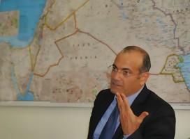 Rabi hablando, de fondo mapa de Oriente Medio