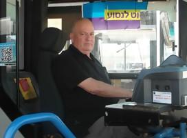 Detrás del volante, en autobuses llenos de pasajeros, se juegan la vida